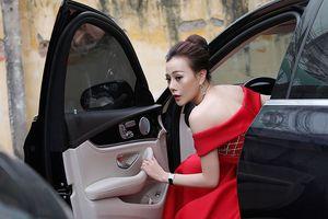 Phương Oanh 'Quỳnh búp bê' tự lái xế hộp 3 tỷ đi chấm thi sắc đẹp