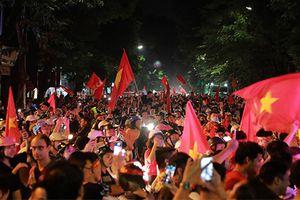 Chùm ảnh: Rực rỡ cờ đỏ sao vàng ăn mừng chiến thắng trước Malaysia