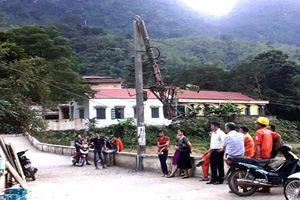 Xe tải kéo gãy cột, cả huyện Mường Lát mất điện