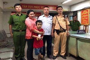 Các chiến sỹ Cảnh sát giao thông khẩn trương và đã tìm được trẻ lạc mẹ
