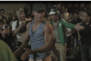 Chia vui với chiến thắng cùng CĐV Việt Nam, người nước ngoài trình diễn nhào lộn hấp dẫn ở ngã tư Hàng Bài - Hai Bà Trưng