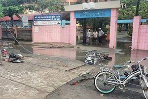 Hai học sinh bị điện giật tử vong trước cổng trường ở Long An: Do sét đánh làm dây điện đứt