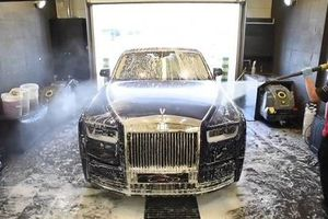 'Nghệ thuật' rửa xe Rolls-Royce Phantom giá... 150 triệu