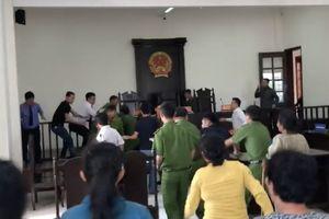 Người hung hãn đánh kiểm sát viên tại tòa bị đề nghị truy tố
