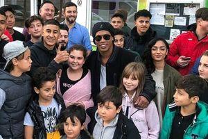 Bị tịch thu hộ chiếu, Ronaldinho vẫn ung dung sang Đức