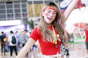Ngất ngây ngắm các fan nữ xinh đẹp hào hứng cổ vũ đội tuyển Việt Nam dành chiến thắng trước Malaysia
