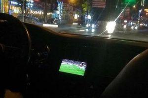 Vừa lái xe vừa xem bóng đá, tài xế khiến cô gái hốt hoảng vì dễ tai nạn như chơi