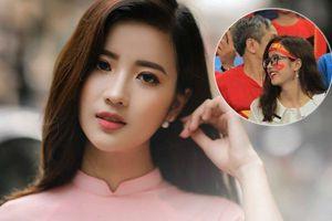 Xuất hiện vài giây trên sóng trực tiếp trận Việt Nam - Malaysia, nữ sinh Ngoại thương 'nổi như cồn' vì quá xinh