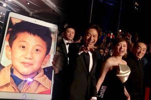 Thảm đỏ Kim Mã 2018: Tôn Lệ và đạo diễn Trương Nghệ Mưu cười khoái chí khi nhìn thấy ảnh thuở nhỏ của Đặng Siêu