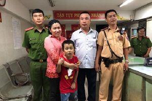 TP.HCM: Bàn giao cháu bé bị lạc khi cùng mẹ 'đi bão' mừng ĐT Việt Nam chiến thắng