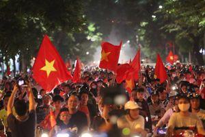 Người hâm mộ cả nước mừng chiến thắng, truyền thông quốc tế đánh giá cao chiến thắng của tuyển Việt Nam