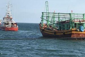 Cứu nạn 7 ngư dân trên tàu cá hỏng máy thả trôi trên biển