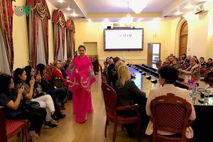 Nhà thiết kế Minh Hạnh lần đầu tiên mang áo dài Việt Nam đến Nga