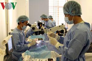 Bác sỹ Việt Nam mổ mắt miễn phí cho bệnh nhân nghèo ở Campuchia