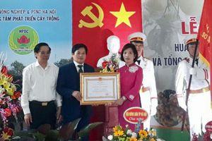 Trung tâm Phát triển cây trồng Hà Nội đón nhận Huân chương Lao động hạng Ba