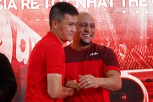 Công Vinh so tài tâng bóng với danh thủ Roberto Carlos: Phong độ đấu đẳng cấp
