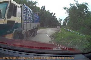 Xe tải phóng nhanh trong đường hẹp và va chạm với xe con