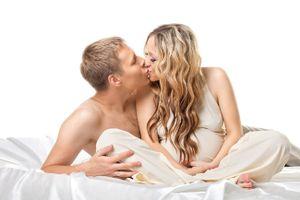 Mẹ bầu có cần kiêng 'yêu' không, quan hệ như thế nào cho an toàn?