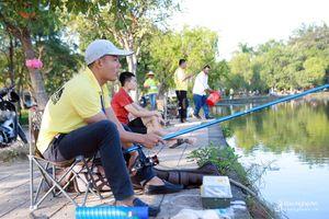 Hơn 100 cần thủ trổ tài câu cá giữa thành Vinh