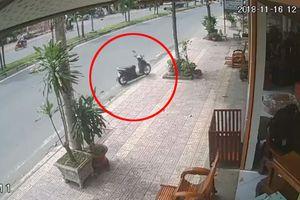 Clip xe máy không người lái lao vút trên vỉa hè, tông vỡ kính nhà dân