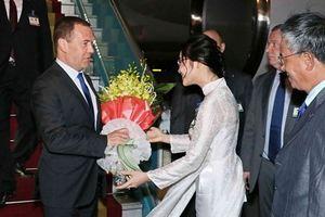 Hình ảnh đón Thủ tướng Nga Dmitry Medvedev tại sân bay quốc tế Nội Bài