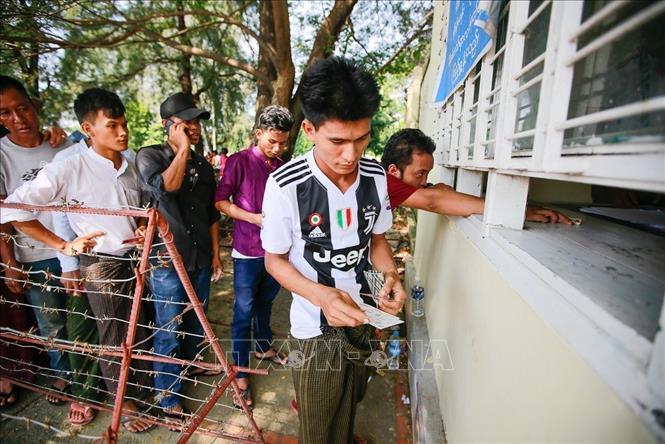 Người dân Myanmar xếp hàng mua vé xem trận đấu với đội tuyển Việt Nam
