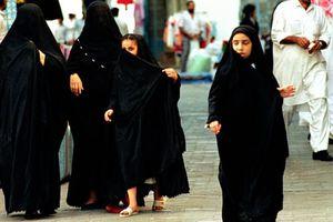 Phụ nữ Arab Saudi biểu tình phản đối trang phục abaya