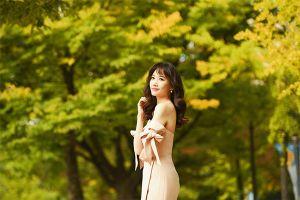 Hari Won khoe vai trần gợi cảm giữa trời thu Hàn Quốc