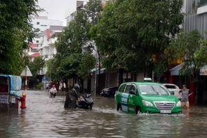 Nhiều tuyến đường huyết mạch ở Nha Trang ngập nặng, nhiều người thương vong do sạt lở