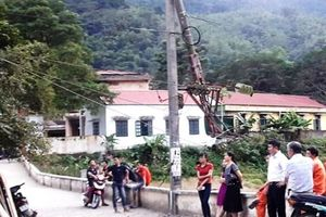 Thanh Hóa: Xe tải húc gãy cột điện, hai huyện miền núi mất điện trên diện rộng