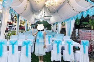 Dở khóc dở cười cô gái ăn mặc đẹp lồng lộn đi dự đám cưới không ngờ chọn style lại giống hệt ghế ngồi