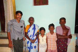 Người đàn ông khuyết tật 'đồng cam cộng khổ' với gia đình phạm nhân