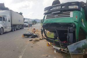 Tránh đâm trực diện xe máy, xe tải lật phơi bụng giữa đường