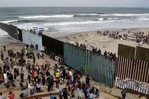 Mexico dựng chướng ngại vật ngăn người di cư ở cửa khẩu San Ysidro