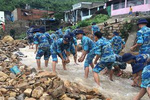 Học viện Hải Quân giúp dân khắc phục hậu quả mưa lũ ở Nha Trang