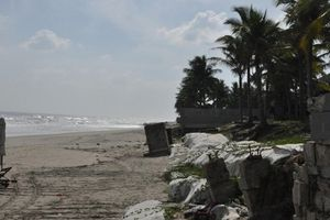Sạt lở xóa sổ nhiều bãi biển đẹp ở miền Trung
