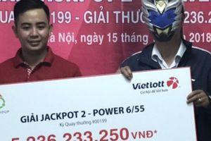 Một khách hàng Hà Nội sung sướng 'ôm' 5,2 tỷ đồng lĩnh thưởng từ Vietlott