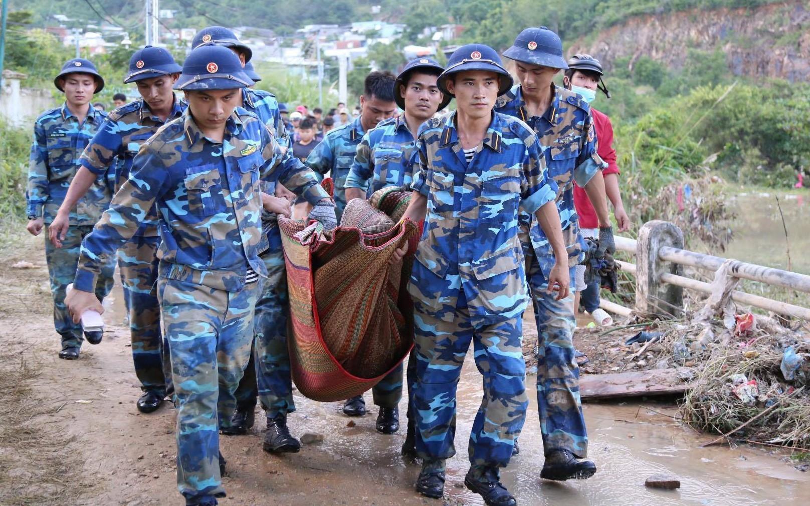Vợ chồng thầy cô giáo cùng 2 con nhỏ tử vong thương tâm trong vụ sạt lở kinh hoàng ở Nha Trang