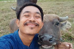 Anh nông dân Thái Lan trở thành 'hiện tượng Facebook' nhờ ảnh selfie với trâu