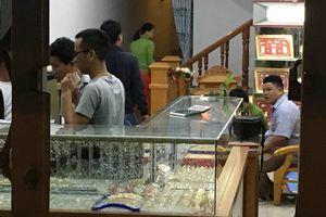 Thanh niên bịt khẩu trang cầm búa xông vào cướp tiệm vàng