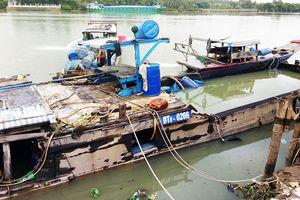 Trục vớt tàu chở hàng chục tấn axit chìm trên sông Đồng Nai