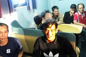 Quảng Bình: Cứu hộ 7 ngư dân và tàu trôi dạt trên biển nhiều ngày trên biển