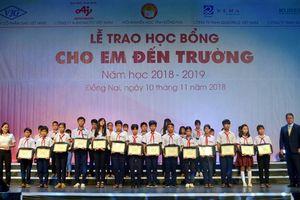 Đồng Nai: Học sinh vượt khó nhận học bổng 'Cho em đến trường'