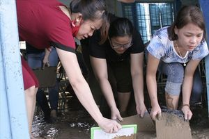 Ngày Nhà giáo Việt Nam: Thầy cô lấm lem bùn đất dọn trường thay lễ tôn vinh