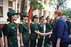 Dạy ngoại ngữ cho các 'sứ giả mũ nồi xanh' Việt Nam
