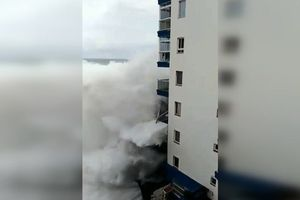 Xem sóng dữ phá tan ban công của 3 tầng nhà