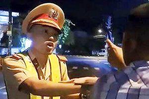 Vụ thanh niên thúc cùi trỏ CSGT: Hé lộ thông tin thanh niên đi xe máy bỏ trốn khỏi hiện trường