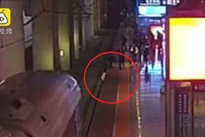 Thót tim nam thanh niên liều mình cứu bạn gái thoát khỏi đường ray tàu lửa