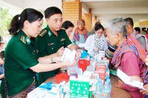 BĐBP Long An khám bệnh, cấp thuốc, tặng quà cho người dân Campuchia