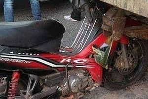 Xe máy đâm vào máy cày, 4 người trong gia đình thương vong